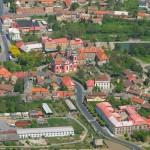 Letecký pohled na kostel Nanebevzetí Panny Marie ve Zlonicích